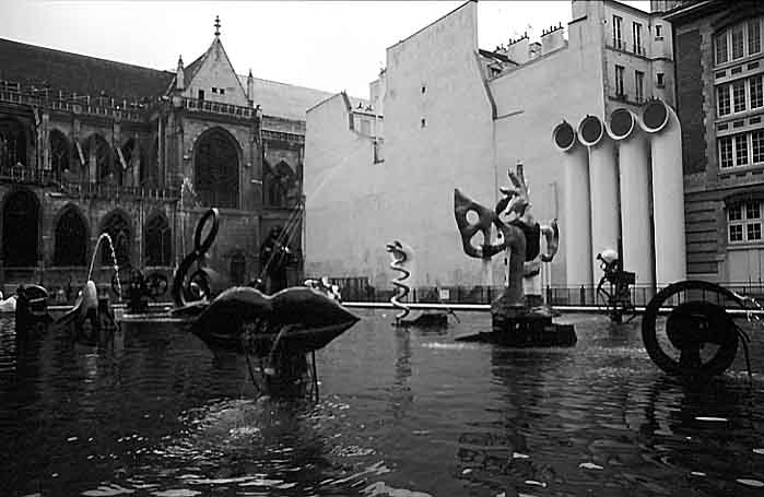 Paris photos in black and white - Beaubourg - Fountain