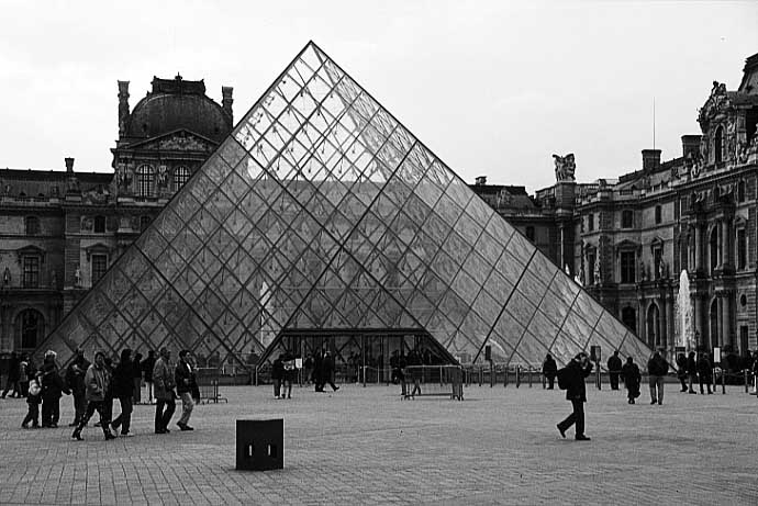 Paris photos in black and white - Pyramide du Louvre