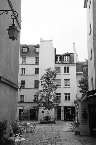 Paris photos in black and white - Marais - Village St. Paul