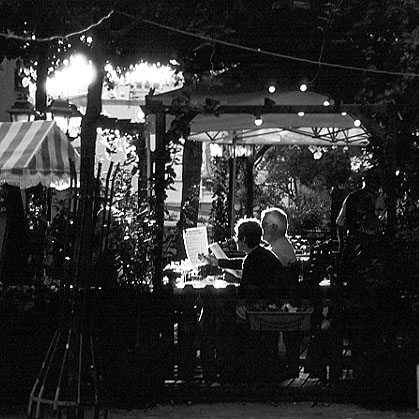 Paris photos in black and white - Dîner à Montmartre