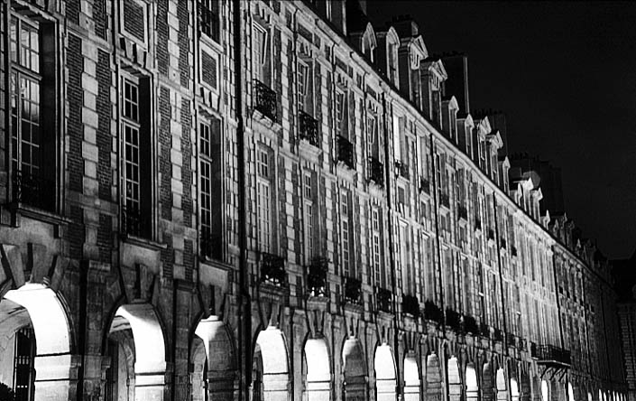Paris photos in black and white at night - Place des Vosges